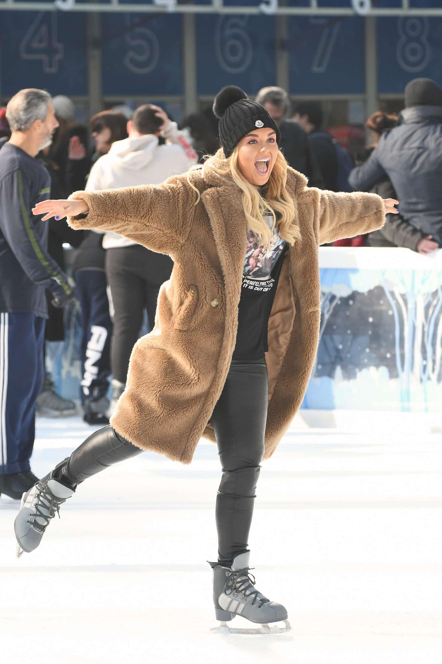 Tallia Storm 2018 : Tallia Storm: Ice skating in New York City -11
