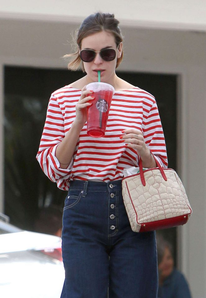 Tallulah Willis at Starbucks in Bel-Air