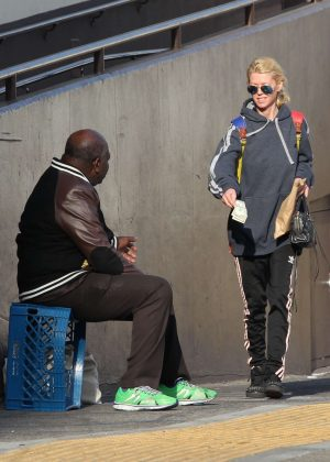 Tara Reid gives money to a homeless man in West Hollywood