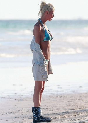 Tara Reid in Bikini on the beach in Mexico Pic 10 of 35