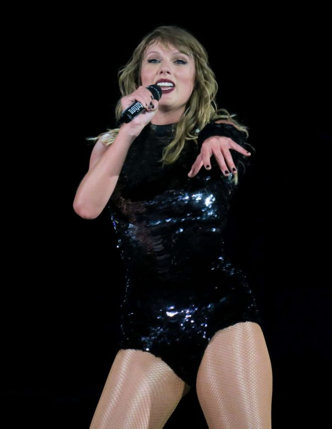 Taylor Swif- Performs at Reputation Tour in Pasadena