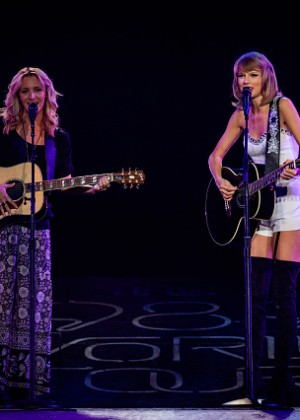 Taylor Swift and Selena Gomez: Performs in Los Angeles -10