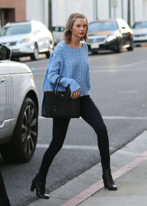 Taylor Swift at Voila Nail Salon in Beverly Hills