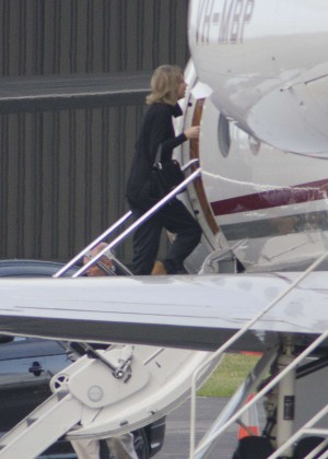 Taylor Swift - Boarding a Private Jet in Auckland