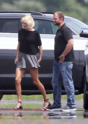 Taylor Swift - Boarding a private jet in Rhode Island