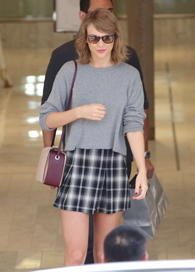 Taylor Swift - Goes to a Neiman Marcus Store in LA