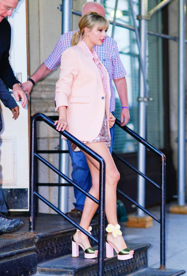 Taylor Swift - Heads out of her apartment in New York