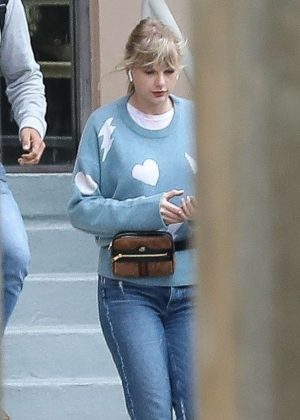 Taylor Swift - Heads to the studio in Beverly Hills
