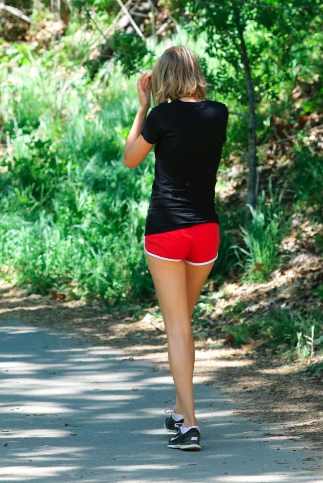 Taylor Swift – Hiking in Malibu