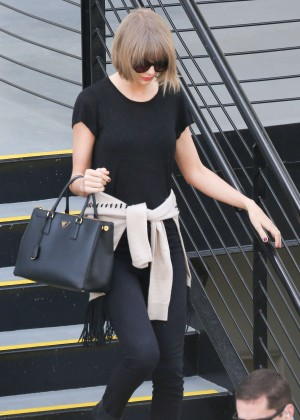 taylor swift leaving a doctor 39 s office in beverly hills. Black Bedroom Furniture Sets. Home Design Ideas