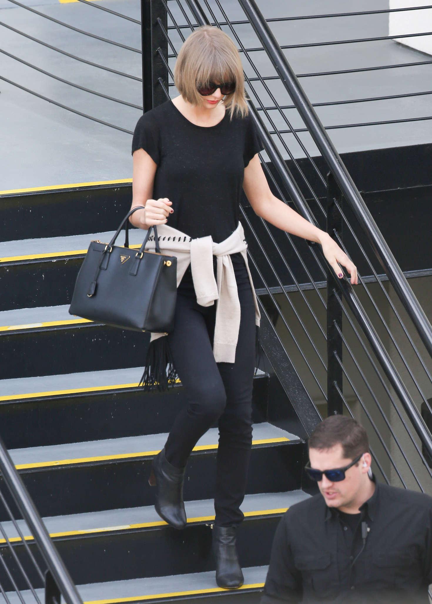 Taylor Swift 2016 : Taylor Swift: Leaving a doctors office -06