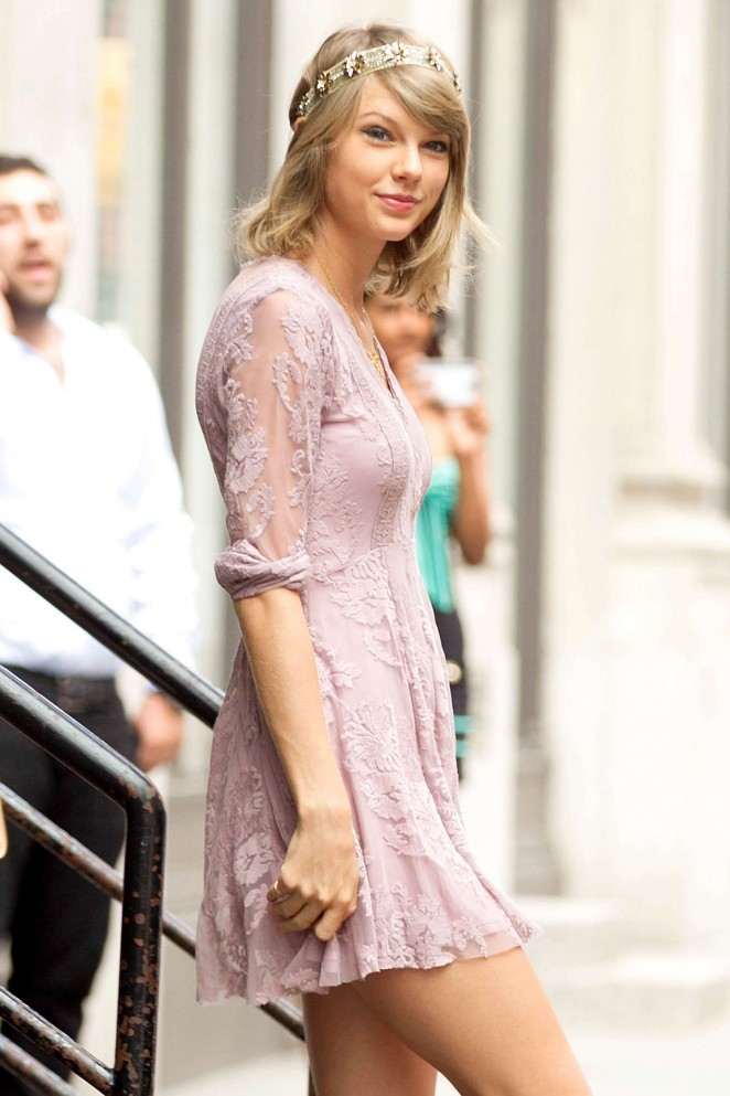 Taylor Swift – Leaving her apartment in NYC