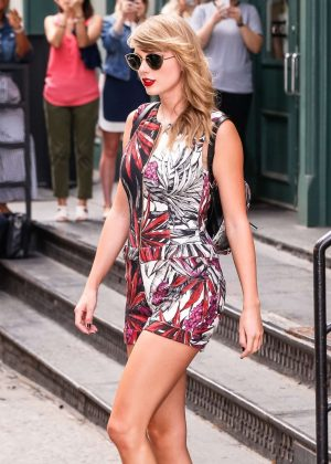 Taylor Swift - Leaving her New York City apartment