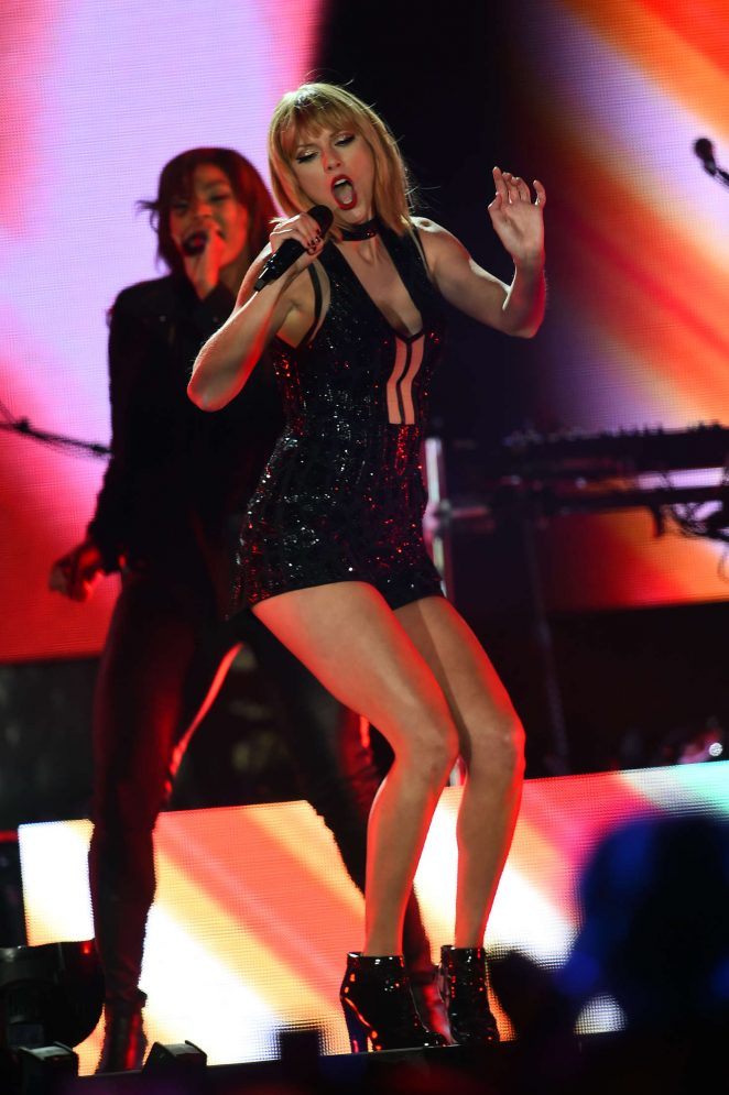 Taylor Swift - Perfoms on stage at the Formula 1 USGP in Austin