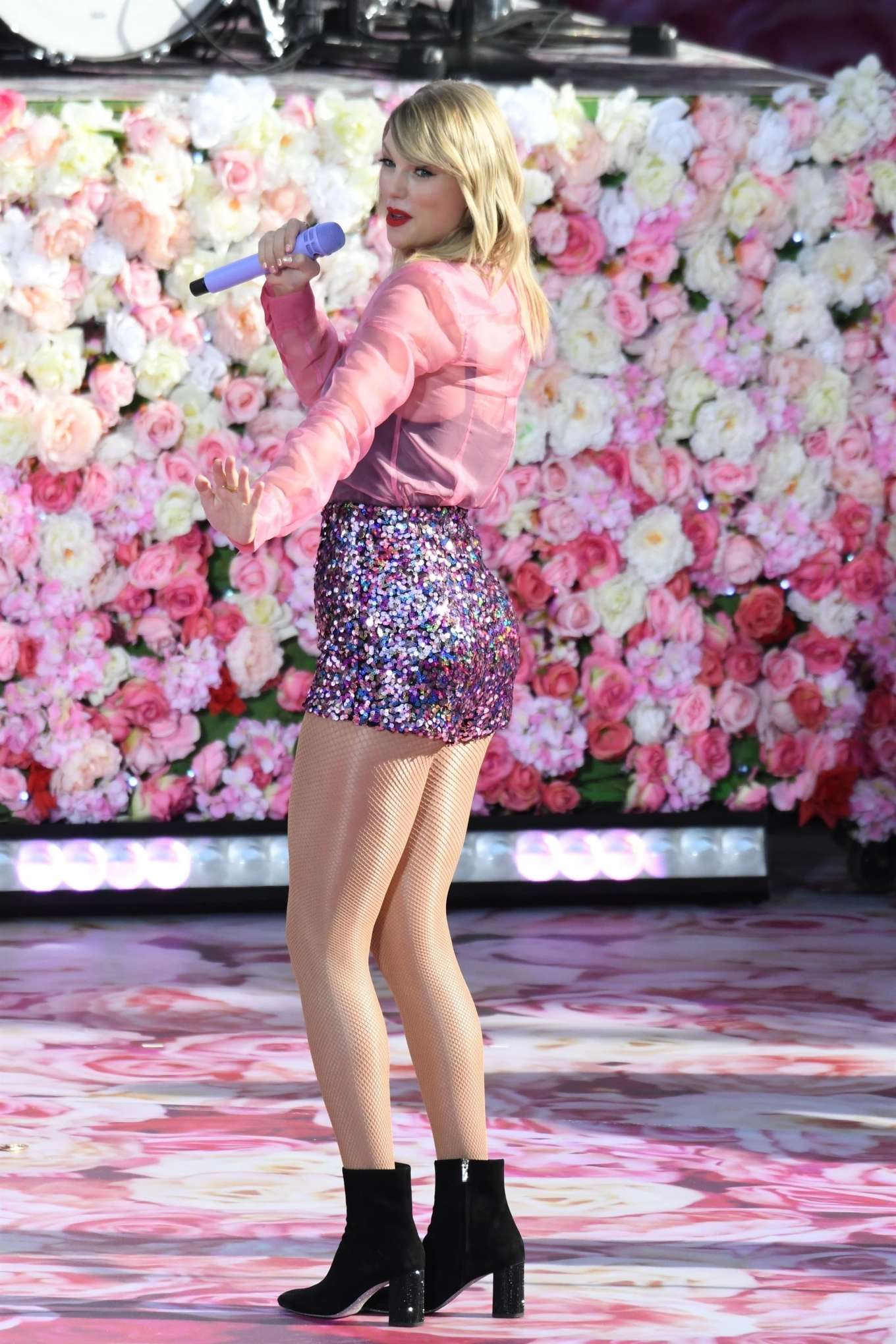 Taylor Swift 2019 : Taylor Swift – Performing on Good Morning America in NYC-09