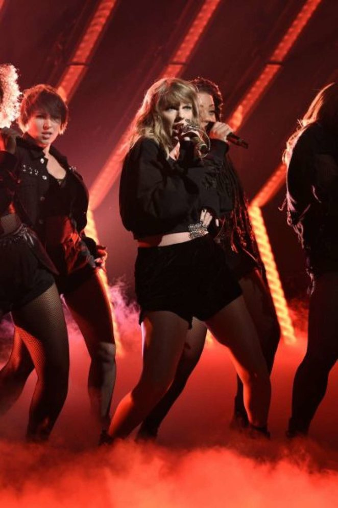 Taylor Swift – Performing on Saturday Night Live in NYC