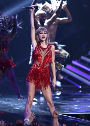 Taylor Swift - Performs at 2015 MTV Video Music Awards in LA
