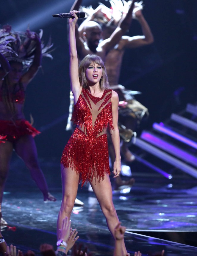 Taylor Swift – Performs at 2015 MTV Video Music Awards in LA