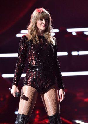 Taylor Swift - Perform... Megan Fox