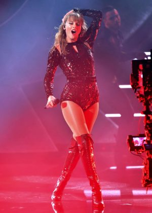 taylor swift performs at 2018 american music awards in la
