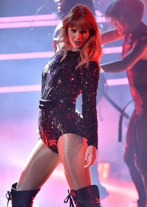 Taylor Swift - Performs at 2018 American Music Awards in LA