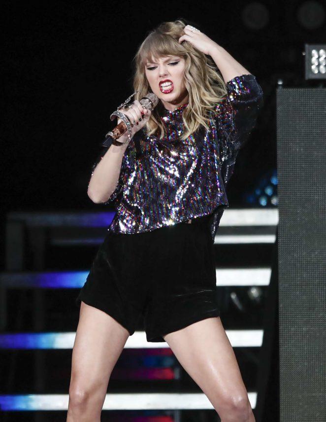 Taylor Swift-Performs at B96 Pepsi Jingle Bash in Rosemont