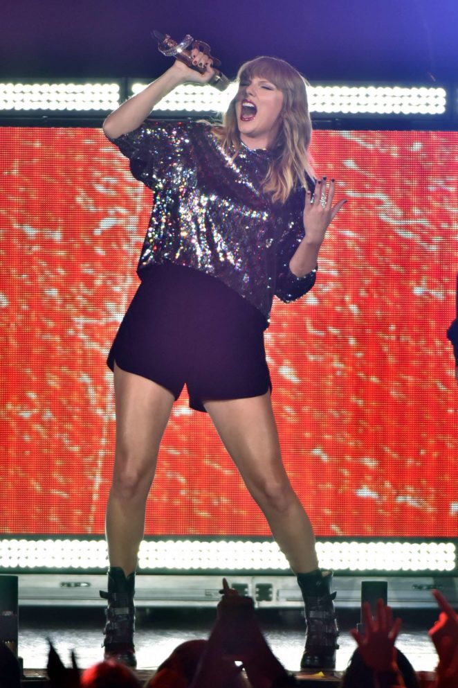Taylor Swift – Performs at B96 Pepsi Jingle Bash -12
