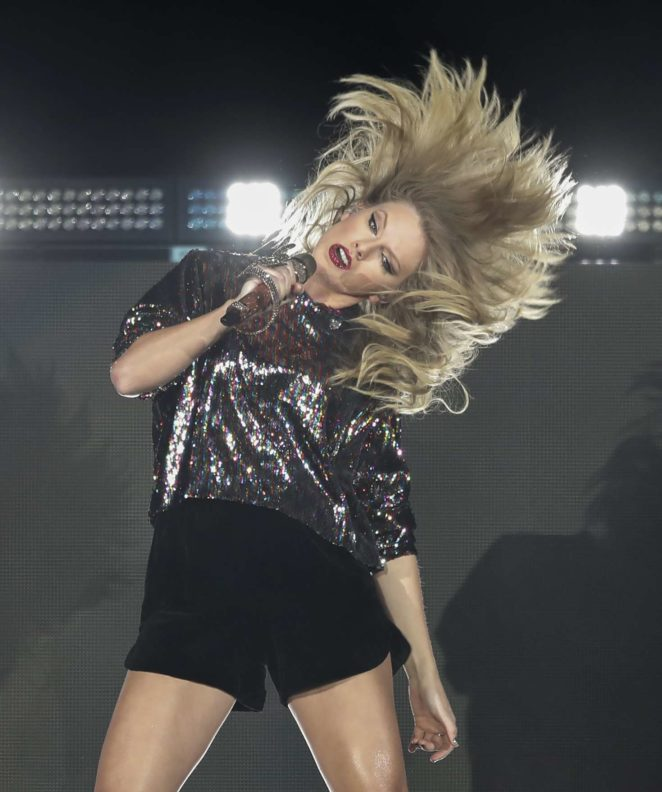 Taylor Swift–Performs at B96 Pepsi Jingle Bash -16
