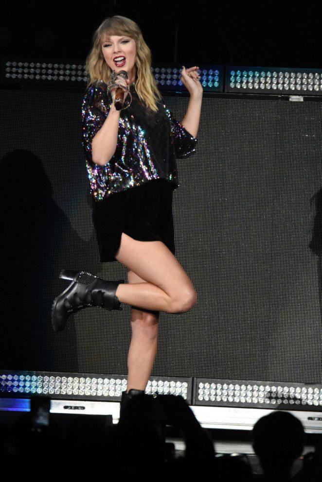 Taylor Swift–Performs at B96 Pepsi Jingle Bash -23