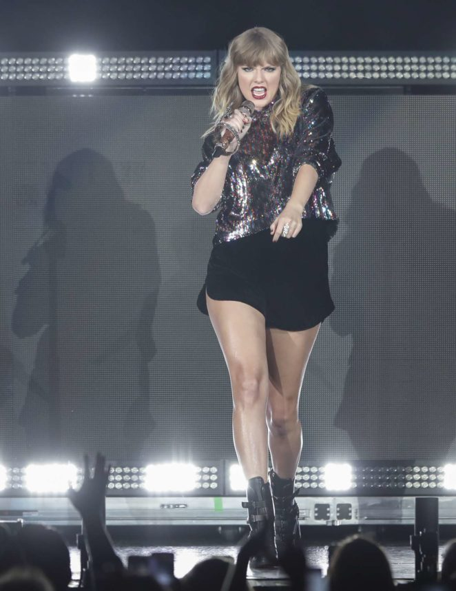 Taylor Swift–Performs at B96 Pepsi Jingle Bash -33