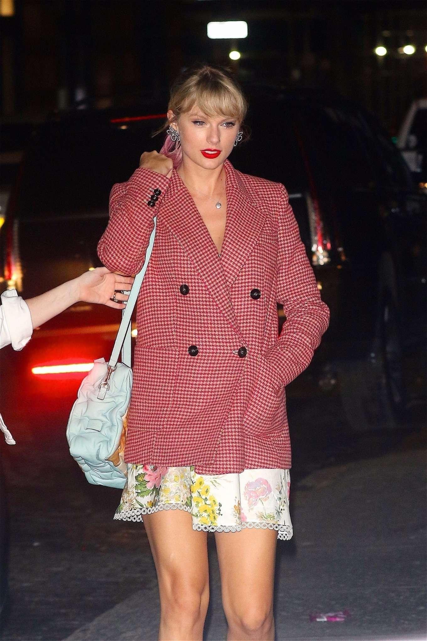 Taylor Swift - Returns home from Gigi Hadid's birthday in New York