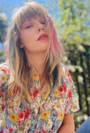 Taylor Swift - Shoot in a flower shirt