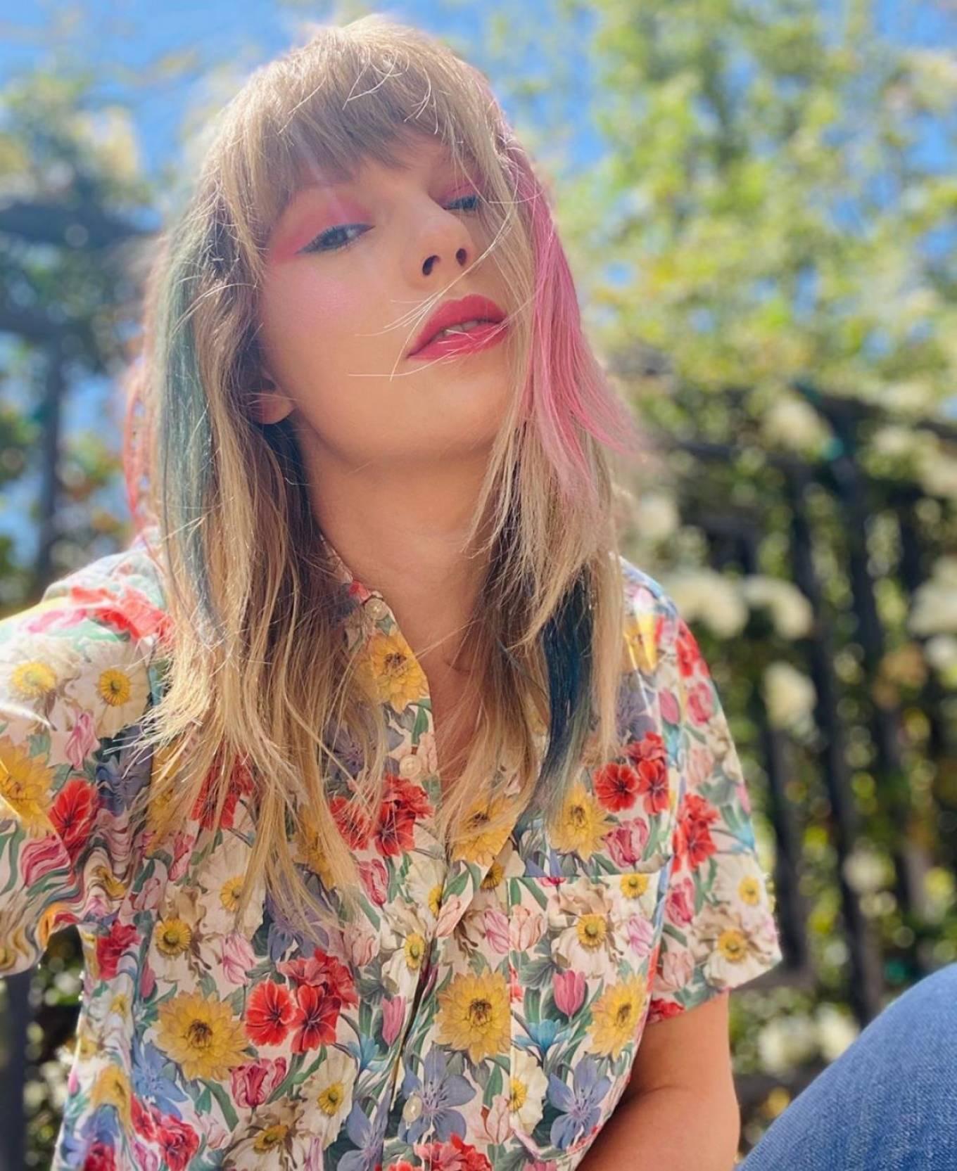 Taylor Swift - Shoot in a flower shirt