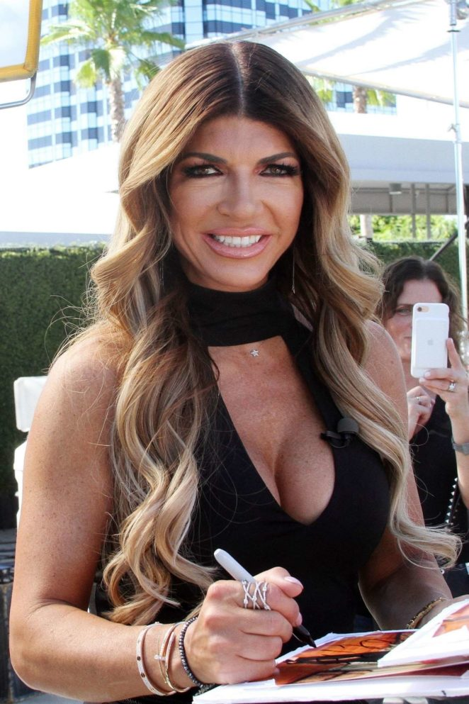 Teresa Giudice - On the set of 'Extra' at Universal Studios in LA