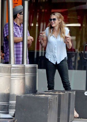 Teresa Palmer in Tight Jeans -03