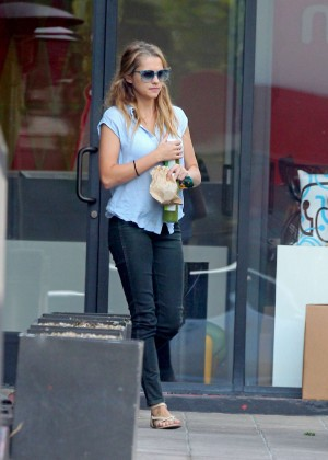 Teresa Palmer in Tight Jeans -13