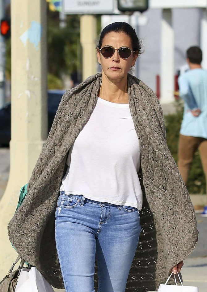 Teri Hatcher – Shopping in Los Angeles