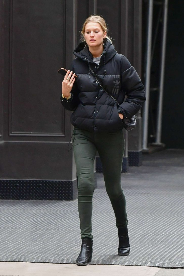 Toni Garrn: Out in New York -02