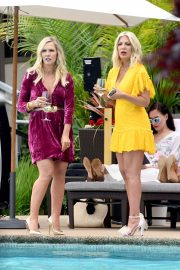 Tori Spelling and Jennie Garth - On the set of 'Beverly Hills 90210' in Vancouver
