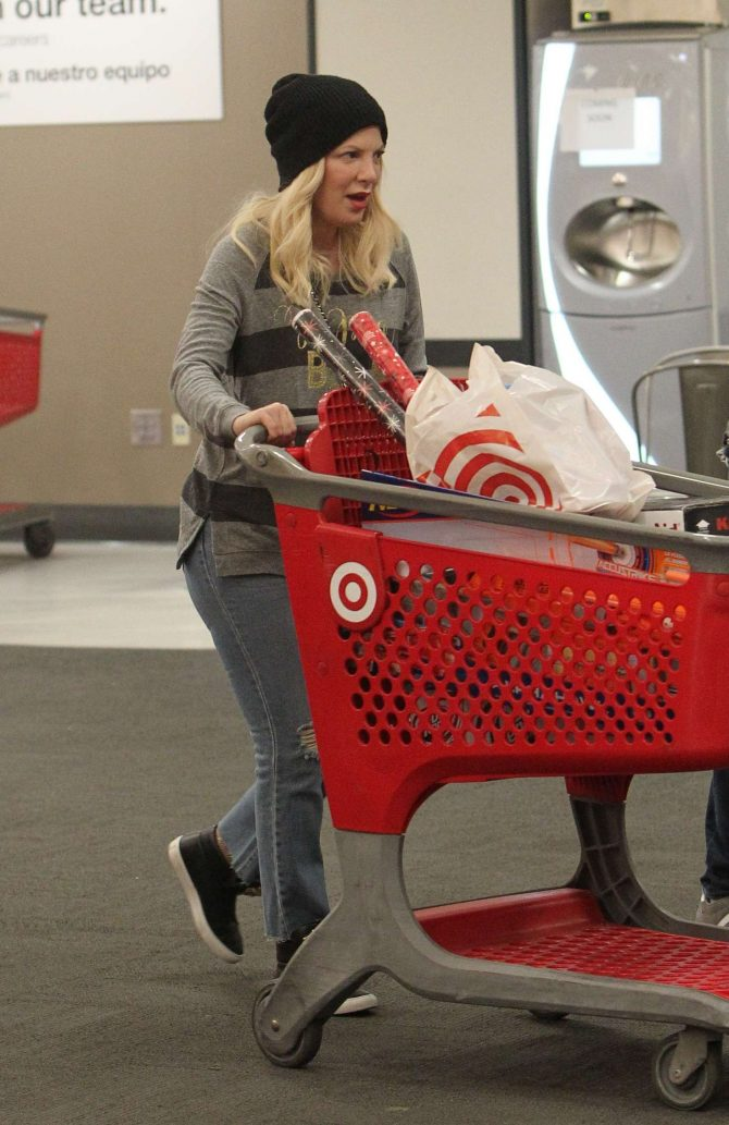 Tori Spelling – Christmas Shopping at Target in Los Angeles