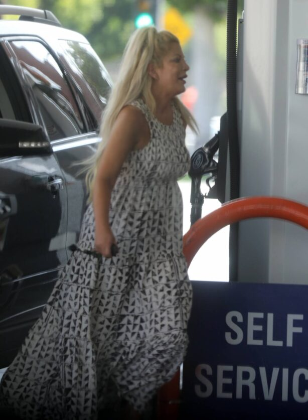 Tori Spelling - Fills up her car with gas in Beverly Hills