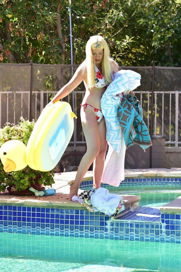Tori Spelling in Bikini on the pool in Malibu