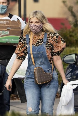 Tori Spelling - Out in Calabasas