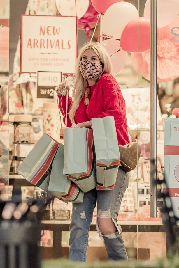 Tori Spelling - Shopping Valentine's day gifts at The Paper Source in the Calabasas Commons