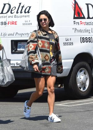 Vanessa Hudgens - Gets a manicure in North Hollywood