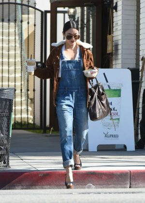 Vanessa Hudgens - Grabs a coffee drink in LA