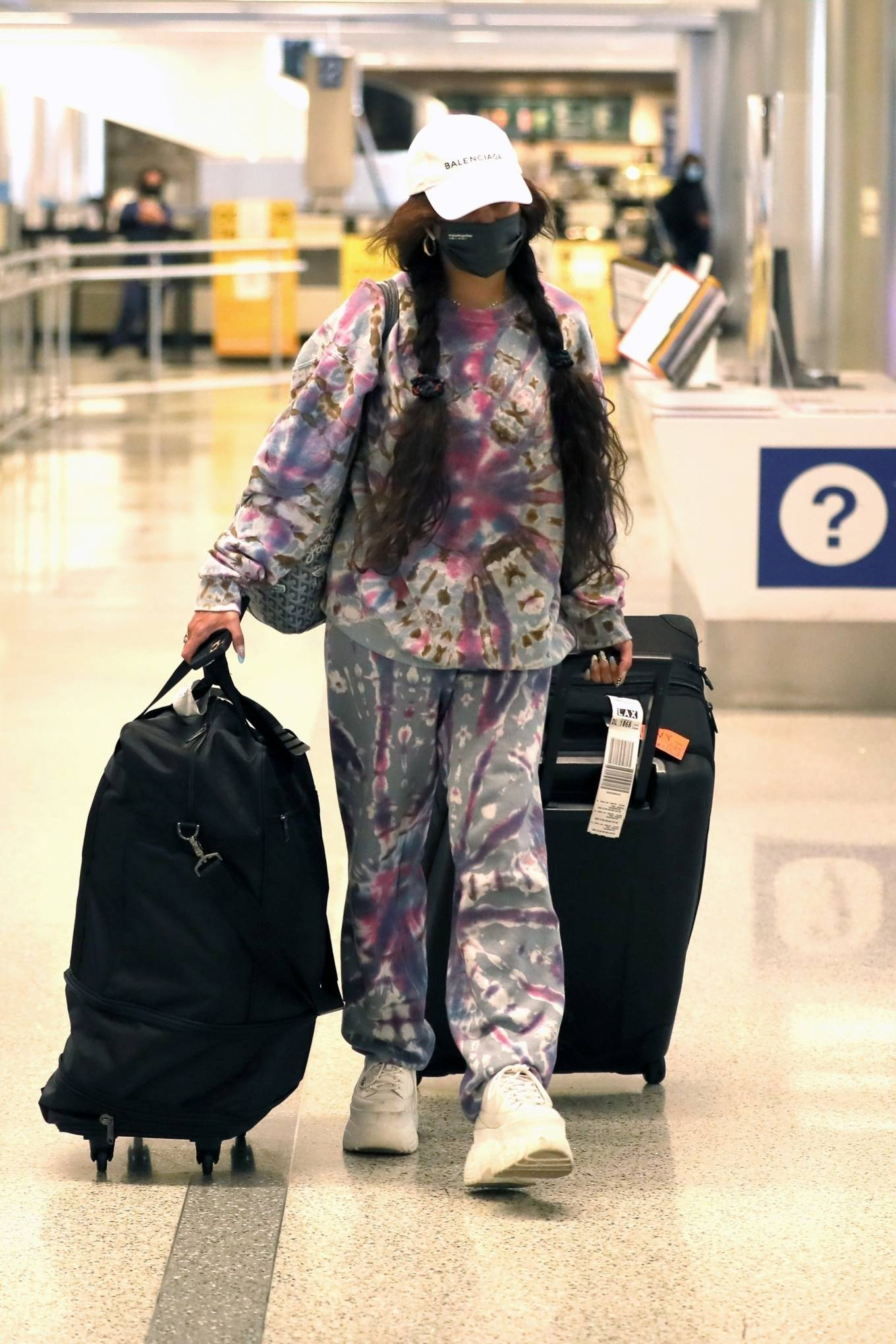 Vanessa Hudgens 2021 : Vanessa Hudgens – In platform sneakers and sweats at LAX in Los Angeles-02