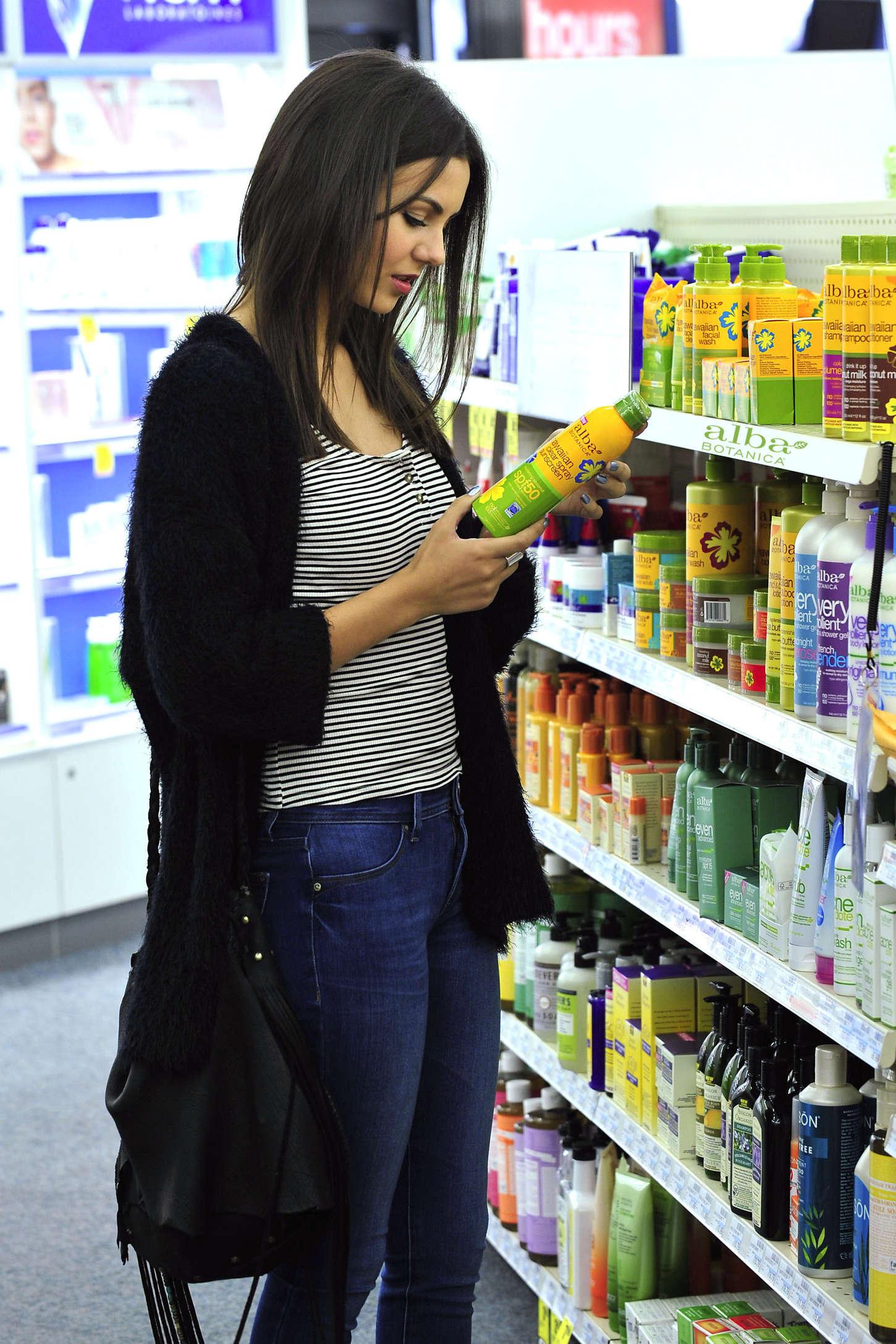 Victoria Justice 2015 : Victoria Justice: Buying Sunscreen -02