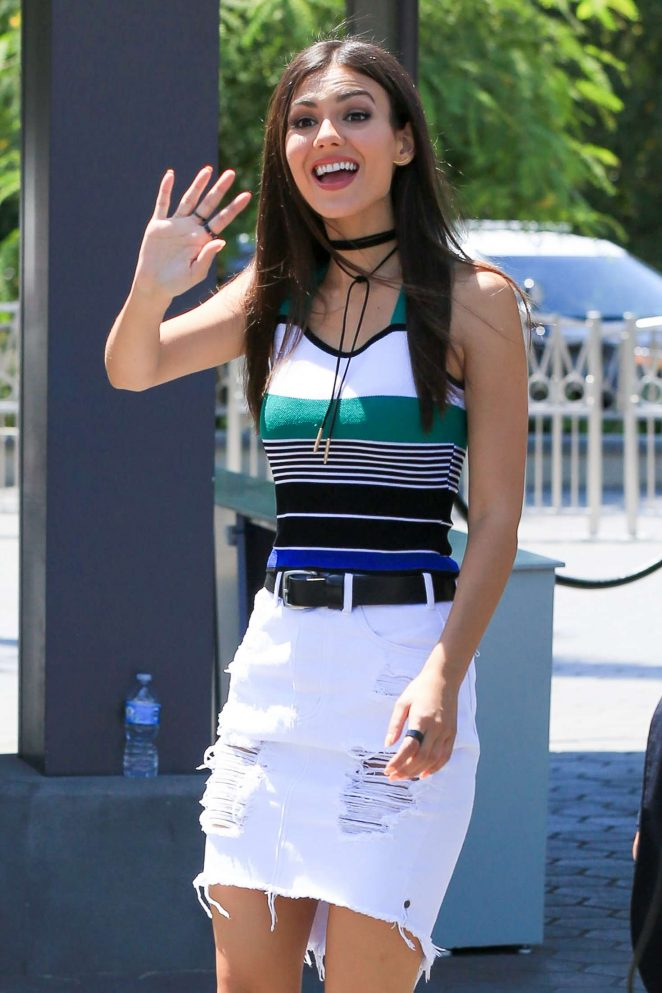 Victoria Justice - On the set of 'Extra' at Universal Studios in Hollywood