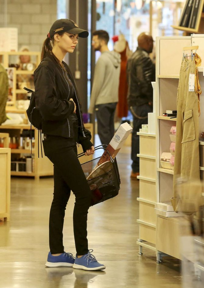 Victoria Justice – Shopping in Los Angeles